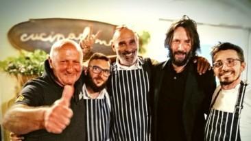 Keanu Reeves apprezza la cucina romagnola e allo chef chiede di andare a cucinare in America